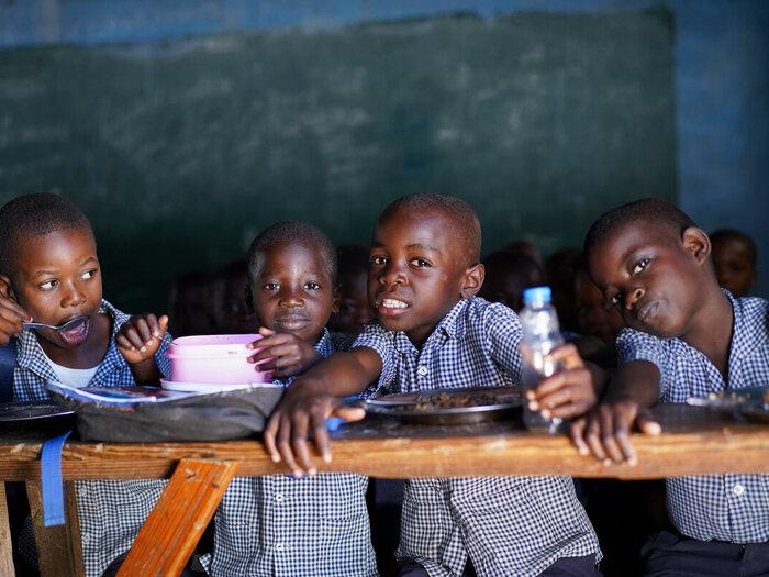 Vier Kinder sitzen in ihrem Klassenzimmer