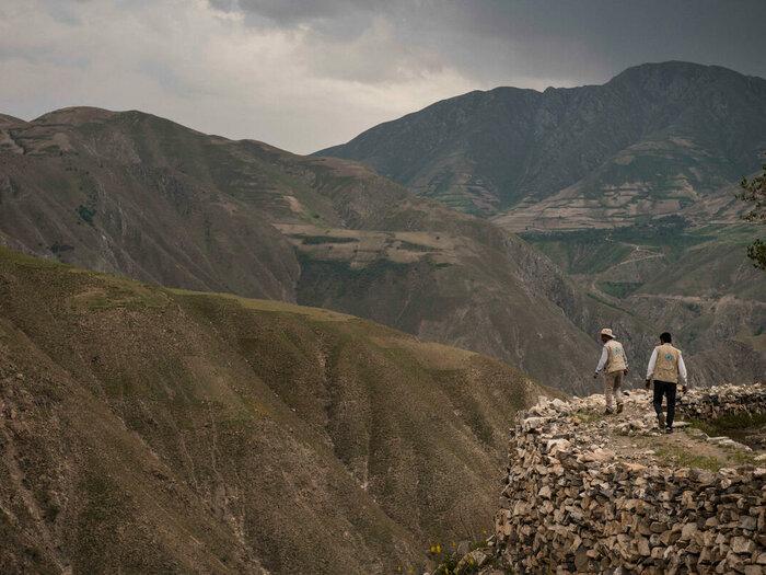 Zwei WFP-Mitarbeiter*innen in den Bergen
