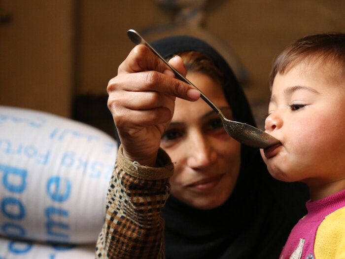 Syrische Mutter füttert Kind